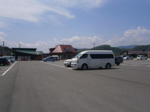 道の駅あさひ駐車場と駅舎とハイエース