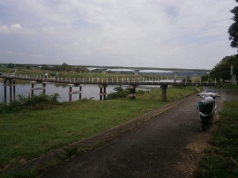 北関東自動車道と木造橋