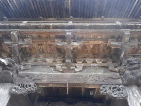 立派な彫刻の門