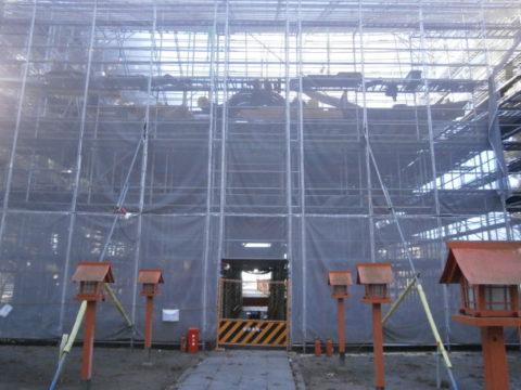 高椅神社修復工事中の楼門小山市