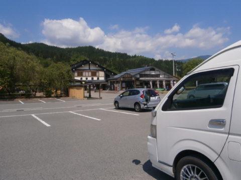 道の駅白鷹ヤナ公園の広い駐車場とハイエース