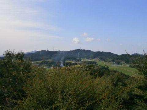 展望地から望む山居台城跡