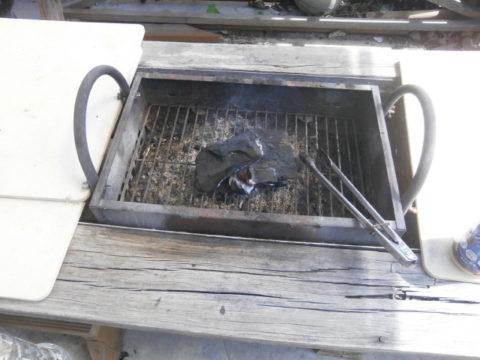 バーベキューコンロへ炭投入