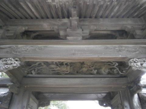 益子町妙伝寺山門(下方から)
