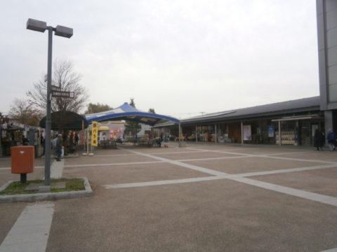 道の駅庄和駅舎と広場