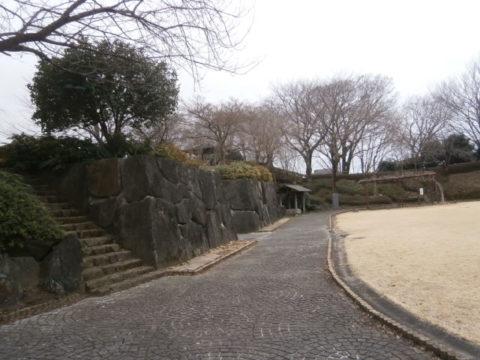 石垣と主郭内の公園広場2